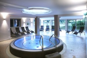 Wellness room with whirlpool and loungers in the relaxation room - Schoenblick