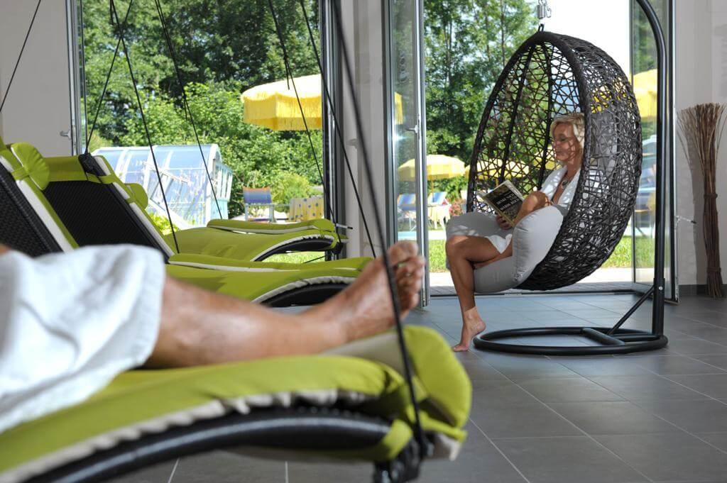 Schwebeliege entspannen im Wellnessbereich