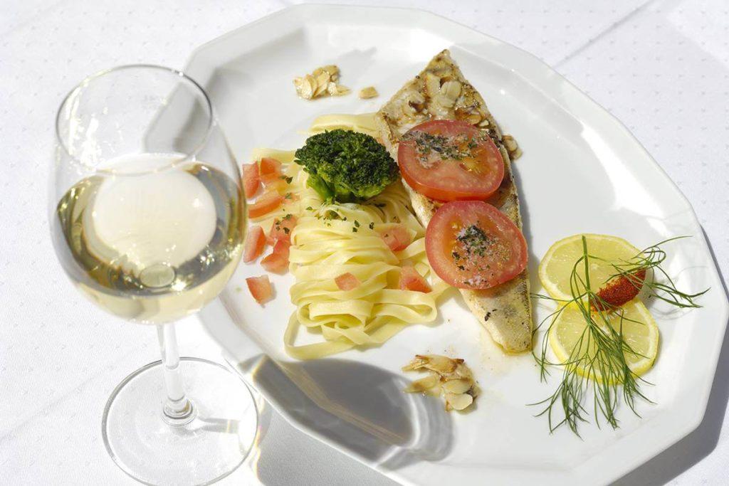 fangfrischer Fisch - Restaurant Schönbilck - Essen und Trinken